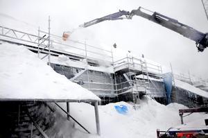 Ett 20-tal  snöskottare försökte få bort den tunga snön från Nordichallens tak.