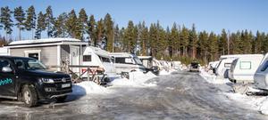 Familjens gata i Bjursås. 230 husvagnar bildar en liten by, och uppåt hundra snösugna campare köar för plats till nästa säsong.