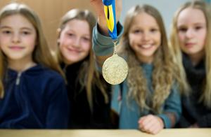 Vilma Holmberg, Elsa Ekström,Mollie Leksell och Linnea Frisk är glada för vinsten.