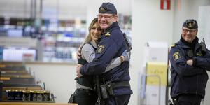 P-O Forsell är en omtyckt polis. Men nu är det dags för pension. En avskedskram delas ut av Viktoria Oulai, butiksförsäljare på Systembolaget. P-O:s kollega Thomas Atterpalm tittar på.