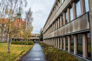 Kommunhuset i Östersund har stått tomt sedan 2015 och så kommer det att se ut ett bra tag till. Klart är att politiken inte vill bygga ett nytt kommunhus på samma tomt.