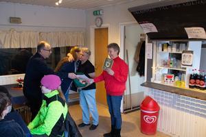 Stora applåder när Skäryd tog emot plaketten.