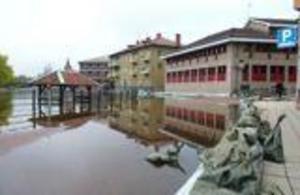 Foto: Mikael Forslund/arkiv.Sommaren 2000 drabbades centrala Falun av stora översvämningar. här har Faluån stigit långt upp på Östra Hamngatan.
