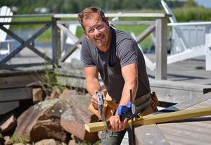 Att bygga i trä är ren terapi. Trädäck och bryggor är favoritprojekten för Daniel Röös.Foto: Karin Hedin Röös