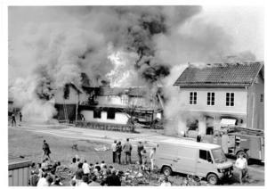 Hundratals tittade. Många åskådare sökte sig till brandplatsen för att se när lågorna slukade den anrika möbelaffären.