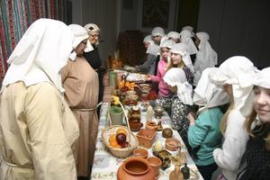 På torget i Jerusalem år 33 får tidsresenärerna från Lekeberg se många varor och möta olika människor.