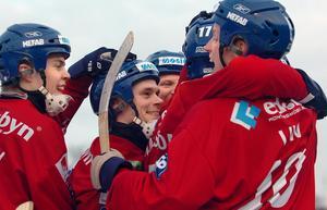 Daniel Liw jublar efter ett av sina två mål när Edsbyn vann SM-finalen mot Sandviken 2008. Ett målkalas som slutade 11–6.