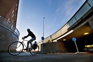 Flera insändarskribenter har klagat på att det utlagda gruset på cykelbanor orsakar punkteringar.