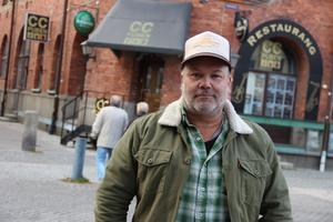 Joakim Arnell utanför CC-puben. Hans band The Refreshments har gjort flest spelningar i lokalen.