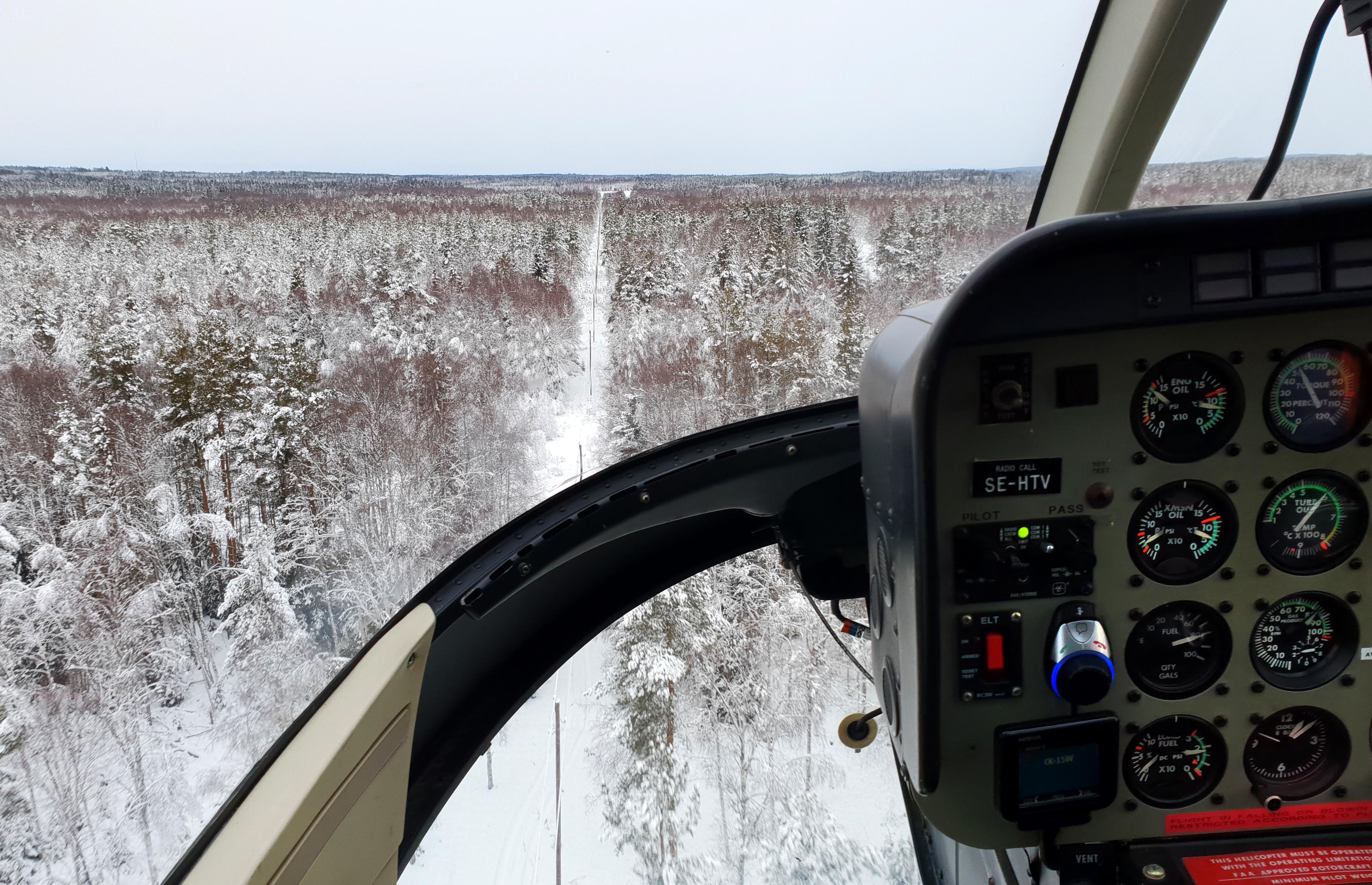 Stora vidder med skog och elledningar är en vardaglig syn för Jens och Anders när de utförde besiktning av ledningarna efter stormen Alfrida. Foto. Jens Thureson. Dala Energi