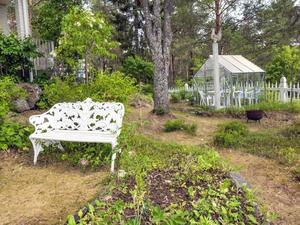 Trädgård med naturen som inslag. Bild: Mäklarhuset Örnsköldsvik