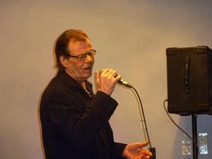 Ronnie Sahlén har begåvats med en guldstrupe som kommer väl till pass i Elvislåtarna.