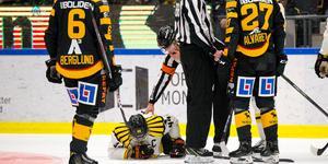Jakob Blomqvist blev liggandes på isen efter huvudtacklingen från Eriksson. Bild: Ola Westerberg/Bildbyrån.