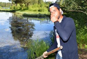 Sami Alvandi slog larm om utsläppet och om stanken, som känns på långt avstånd från bäcken.