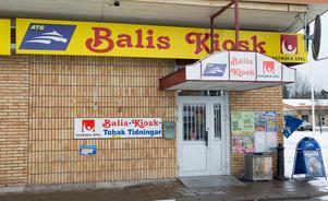 Balis kiosk på Bäckby tar emot paket från ett par leverantörer – och det är högtryck i utlämningen under december månad.