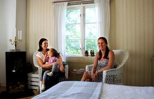 Nissa, Melika och Tanja i den lilla skräddarstugan.