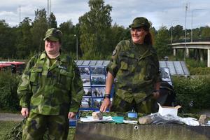 Micaela Arell och Tine Gerdelius från hemvärnet informerade  vetgiriga Hallstabor i vad verksamheten går ut på.