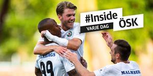 Martin Broberg jublar efter 3–0-målet i slutet av första halvlek tillsammans med Carlos Strandberg och Filip Rogic.