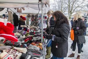 Ann-Catrin Ranskär från Arboga tittar på stickade vantar. – Här var det fina grejer. Men jag tittar mest. Överlag verkar det vara en bra marknad, säger Ann-Catrin.