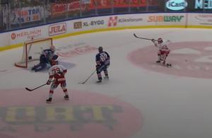 Viktor Andrén i mål var ur position, men vad hjälpte det när pucken gled mellan fötterna på Salmonsson. 19 sekunder senare gjorde Växjö 3–1.  Bild: Skärmdump (CMore)