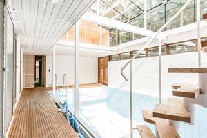 Här finns också en inomhuspool med glastak.