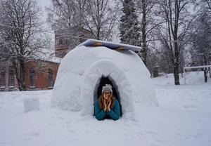 Linda i igloon hon passade på att bygga under julfirandet i Gideåbruk, Husum. Bild: Linda Sjölander Dillenbeck/Privat