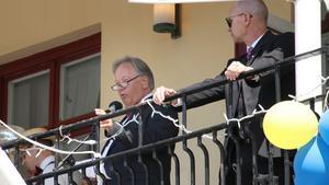 """Rektor Staffan Hörnberg håller tal från balkongen på Stadshotellet.  """"Var stolt över era fantastiska ungdomar""""."""