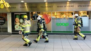 Räddningstjänstens personal, iförda utrustning för rökdykning om sådan skulle ha blivit aktuell, undersökte vad som utlöst brandlarmet. Man kunde dock snabbt pusta ut – det var ombyggnadsarbete som utlöst brandlarmet.
