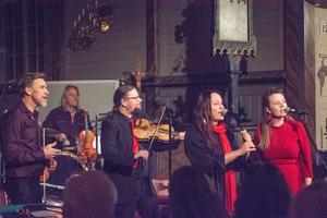 Det är en nästintill fullsatt kyrka i Duved som tar emot premiären och på flera platser är turnén redan slutsåld. Från vänster: Jens Comén, Björn Höglund, Kjell-Erik Eriksson, Emma Härdelin och Ellen Sundberg.