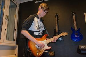 Gitarristen Noel Boström och bandet Psychedelic Bananas  är ett av banden som repar på Domsaga.