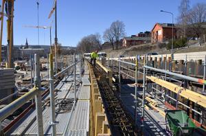 Gjutningen av den 200 meter långa betongmuren på gamla E4 påbörjades under tisdagen.