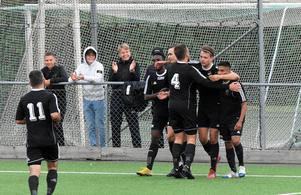 Max Holmberg firar med lagkamrater efter sitt matchvinnande 2–1-mål.