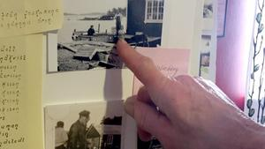 Lennart Hurtig pekar på bilden av sin  mamma Britt spå båthusbryggan. Hon var fiskekommissionär och hade ansvar för leveranserna till Stockholm