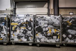 Så kallade Kina-paket fyller korgarna på Postnords terminal på Arlanda. Foto: Magnus Hjalmarson Neideman / SvD / TT