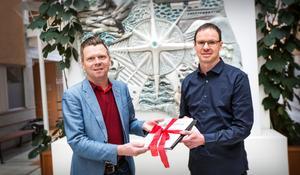 Per Nylén, kommunalråd i Örnsköldsvik, tar emot namninsamlingen till Körsbärsuppropet av Hedbergkännaren Per Grimell.