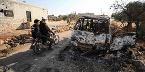 En utbrunnen bil i närheten av den plats där den amerikanska insatsen ska ha ägt rum. Foto: Omar Haj Kadour/AFP/TT