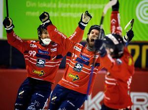 Mattias Hammarström jublar efter sitt 4–2-mål mot Villa Lidköping på söndagen. Edsbyn vann till sist med 5–3. Foto: Ulf Palm / TT