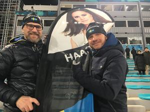 Anna Haags granne Johan Plöen (vänster) och manager Bo Johansson (höger) på plats i Sydkorea.