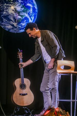 Anders Lundin greppade gitarren och sjöng ut.