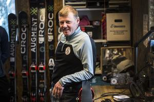 Fem par skidor ska med till Italien och Alpe Cimbra. Alla förbereds i familjen Nybergs garage.