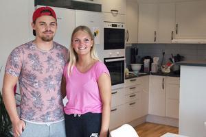 Fredrik Lindblom och Fanny Grims Kvick kände sig på en gång hemma i den nya lägenheten. Köksdelen ligger i anslutning till vardagsrummet.
