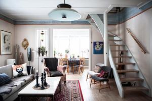 Målning under trappan  är av Lena Cronqvist.
