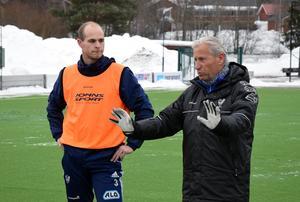Lasse Ericson instruerar sina mannar under ett träningspass. Lagkaptenen Joakim Kullberg till vänster.