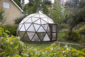 Växthuset är som en en fasettslipad juvel där det står och skimrar i Göran Söderströms trädgård. Grannar kallar det för rymdskeppet och några har föreslagit att han ska inreda ett spa i det.