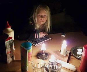 Spel och böcker i stearinljussken var helt i barnens smak hos familjen Natander.