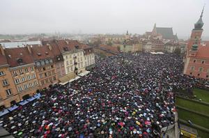 Tusentals polacker deltog i protesterna 2016. De många svarta paraplyerna bidrog till att demonstrationen i dag omnämns som