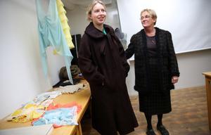 Tilde Kurling i en kappa från Nina Ricci och läraren Christina Lillpers i en dräkt från Chanel, som Lars designat.