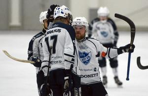 Jesper Nywertz gratulerar Jesper Hjelm efter 1–2-målet mot UNIK.