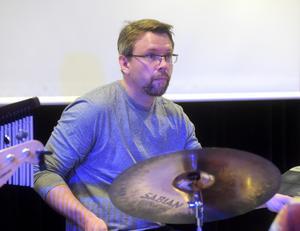 Andreas Erehed på trummor.