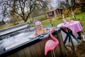 Ett varmt spa-bad lättar upp den gråaste höstdag. Erika Krönert Kjellsson njuter i sitt hemma-spa.